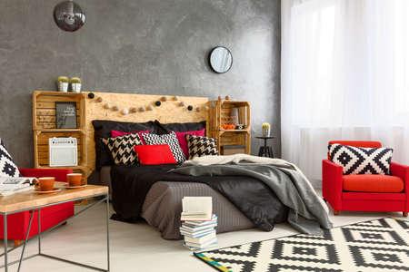 Modern Gestaltete Schlafzimmer Mit Roten Bett Und Sessel Auf ...