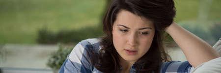 Discussion adolescent déprimé avec le psychologue au sujet de ses problèmes