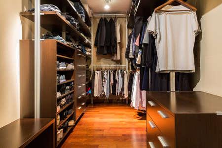 Colpo di una cabina armadio pieno di vestiti