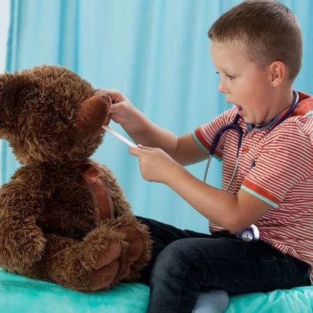 pediatrician: Ni�o en edad preescolar y su oso de peluche en el pediatra Foto de archivo