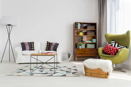 Lichte moderne woonkamer met modernistische meubels Stockfoto