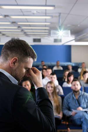 학생으로 가득 찬 방에서 두통을 앓고있는 것처럼 이마를 들고있는 젊은 학자를 미친 듯이 바라 보았다.
