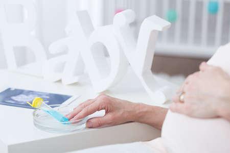 in vitro: Primer plano de tubo de ensayo con embriones para la fertilización in vitro