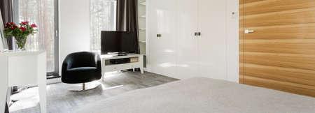 #59733797   Fragment Eines Luxuus Schlafzimmer Mit Weißen Möbeln Set Und  Schwarzen Drehsessel, Mit Blick Auf Den Wald