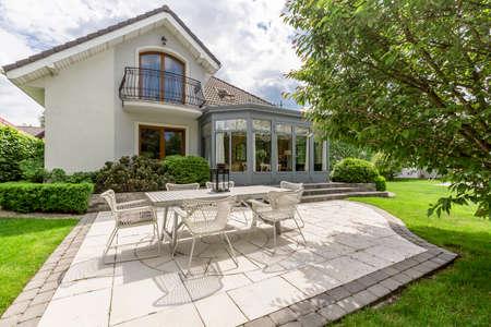 Nueva villa de diseño con patio y hermoso juego de muebles al aire libre Foto de archivo