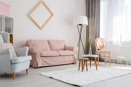 Shot van een ruime stijlvolle woonkamer