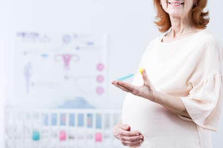 in vitro: Mujer feliz después de cuarenta años esperando su primer bebé a partir de la fertilización in vitro
