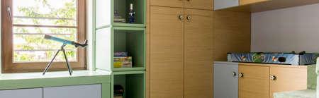 muebles de madera: sitio del adolescente luz con muebles de madera sencillos Foto de archivo
