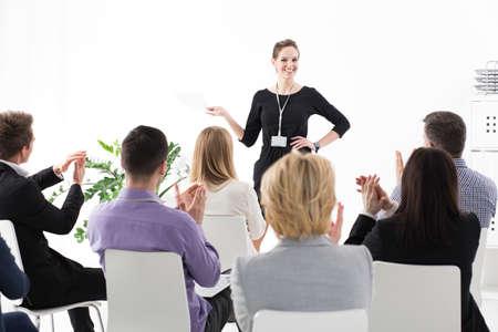 Jeune chef d'équipe assez parler devant ses collègues lors d'une réunion d'affaires en société Banque d'images