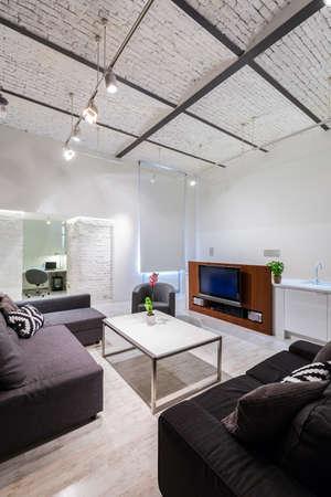 #60130163   New Wohnzimmer Mit Fernseher, Einen Kleinen Tisch, Stilvolle  Möbel Set Und Dekorative Backsteindecke