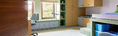muebles de madera: Combinación de sala de estudio y un dormitorio con muebles de madera sencillos