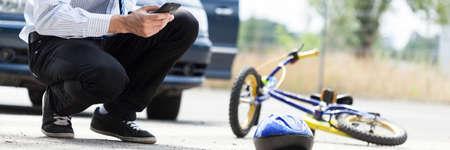El hombre pidiendo ayuda después del accidente en la calle Foto de archivo