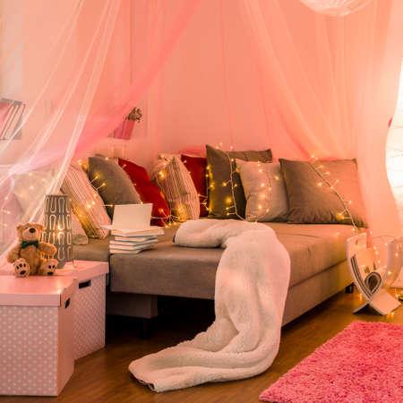 Foto de dormitorio nuevo estilo para la muchacha Foto de archivo