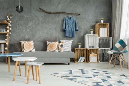DIY 家具、椅子、パターン カーペット、ソファ、創造的な家の装飾の新しいスタイルで灰色のリビング ルーム