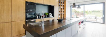 decoracion mesas: Disparo de un mostrador de cocina en una casa moderna