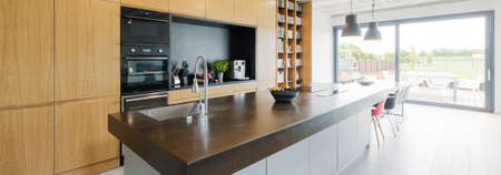 decoracion mesas: Shot of a kitchen counter in a modern house