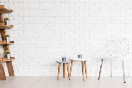 Shot von einem weißen Lücke Stuhl in einem modernen Zimmer