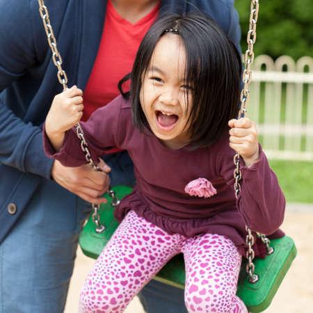 padre e hija: Padre pasa tiempo con su hija linda en el patio