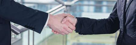 Close-up van handdruk tussen twee ondernemers na een succesvolle vergadering