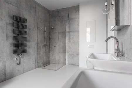 Hormigón: baño de concreto en una casa moderna
