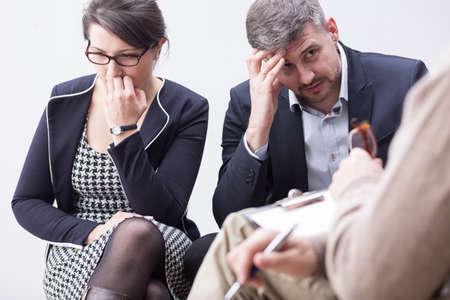 Shot van een elegant echtpaar, boos op elkaar, met een therapiesessie Stockfoto