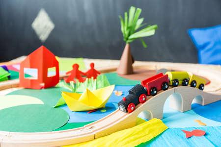 jouets colorés en papier dans le kindergarden