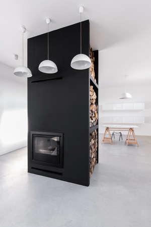 decoracion mesas: Foto de una chimenea moderna en una sala de estar Foto de archivo