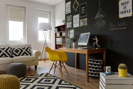 Close-up shot van een creatieve en stijlvolle werkplek en ontspanningsruimte