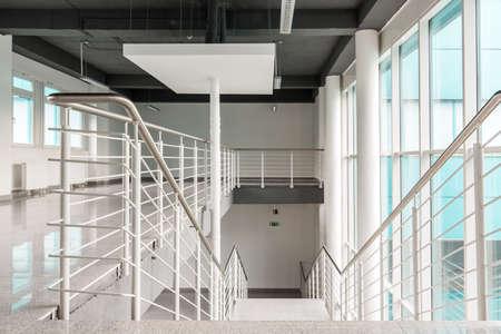 Vista degli spazi luminosi del corridoio e la scala