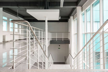 Vista degli spazi luminosi del corridoio e la scala Archivio Fotografico