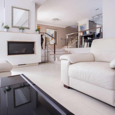 Afbeelding van een gezellige woonkamer in een luxe villa