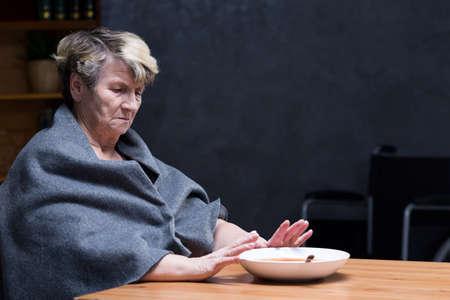 落ち込んで食欲高齢者女性の食事を食べることを拒否