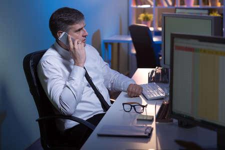 Disparo de un empleado de oficina quedarse hasta tarde en el trabajo
