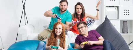 jugando videojuegos: Disparo de un grupo de amigos jugando juegos de video juntos