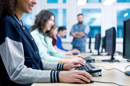 컴퓨터 과정의 젊은 여성 참가자는 키보드에서 일하고있다 스톡 콘텐츠