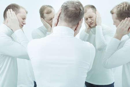 personalidad: hombre desglosado joven con enfermedad mental y problema de personalidad que tiene alucinaciones auditivas