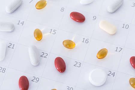 cronogramas: Primer plano de las píldoras en un horario diario y semanal calendario