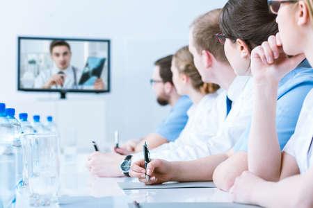 ぼやけ会議テーブルの行に座ってオンライン研修の参加者のクローズ アップ