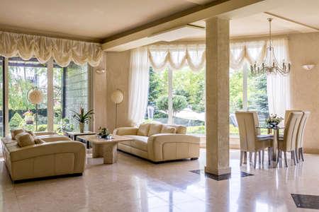 Muy lujoso salón con sofás de cuero color crema y suelo de mármol Foto de archivo