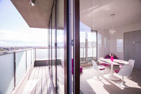 Luxe appartement met een ruim balkon of terras Stockfoto