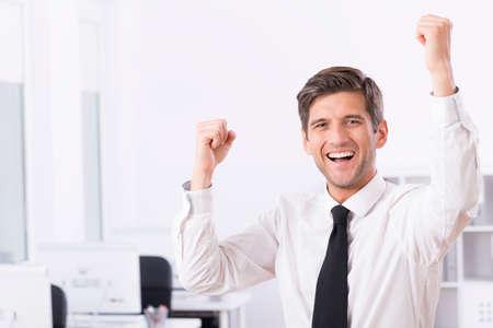 Strzał szczęśliwy właściciel firmy cieszy się jego zwycięstwo