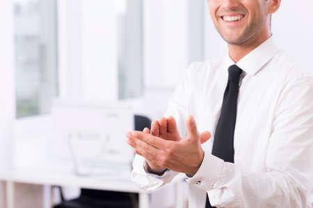 manos aplaudiendo: Recortar foto de un empleado de sexo masculino sonriente aplaudiendo las manos
