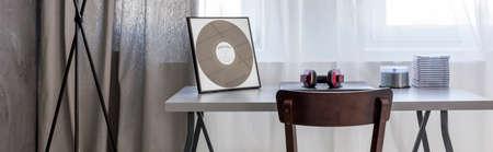 Plan d'un bureau gris avec des CD dessus