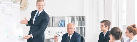 Prise de vue d'un jeune homme d'affaires présentant ses idées à ses collègues