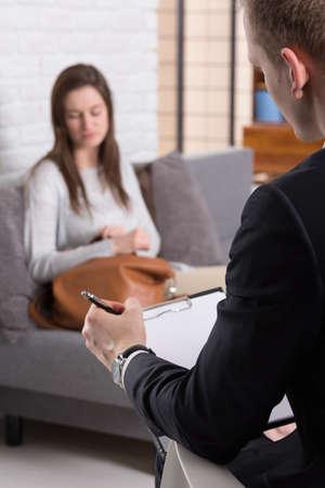 psyche: Terapeuta tomando nota de las experiencias traumáticas de su papient