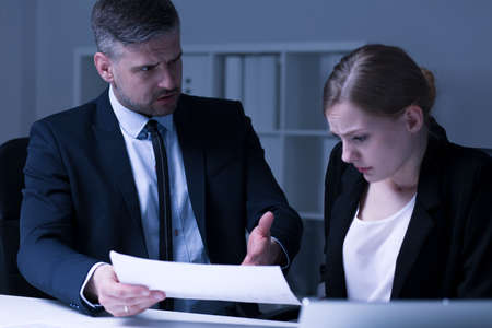 Mobbing bei der Arbeitsplatz- herrisch Geschäftsmann und weibliche Mitarbeiter Standard-Bild - 60511326