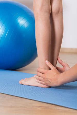 pies: Cierre de posición de los pies de un niño corregir fisioterapeuta