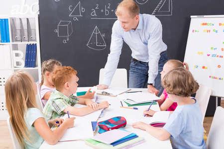 Shot van de wiskunde leraar praten met zijn leerlingen tijdens wiskunde klasse