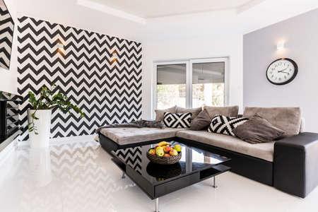 #60587905   Neuer Stil Geräumiges Wohnzimmer Mit Großem Sofa, Schwarz  Kleinen Tisch Und Mustertapete