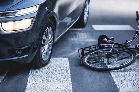 Automóvil, que está en el camino peatonal con la bicicleta derribado Foto de archivo - 60983135